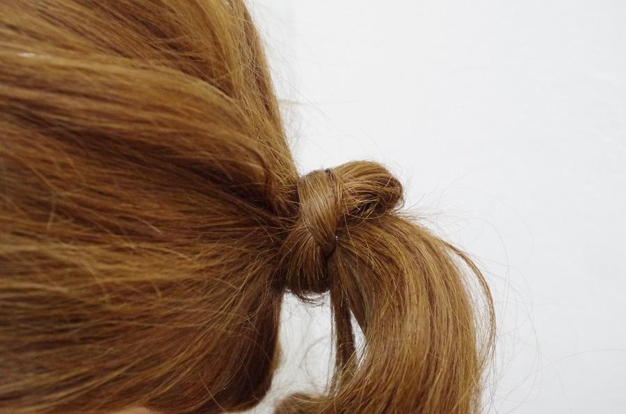 髪を結んだ時の結び目をピンを使わずに隠す方法。