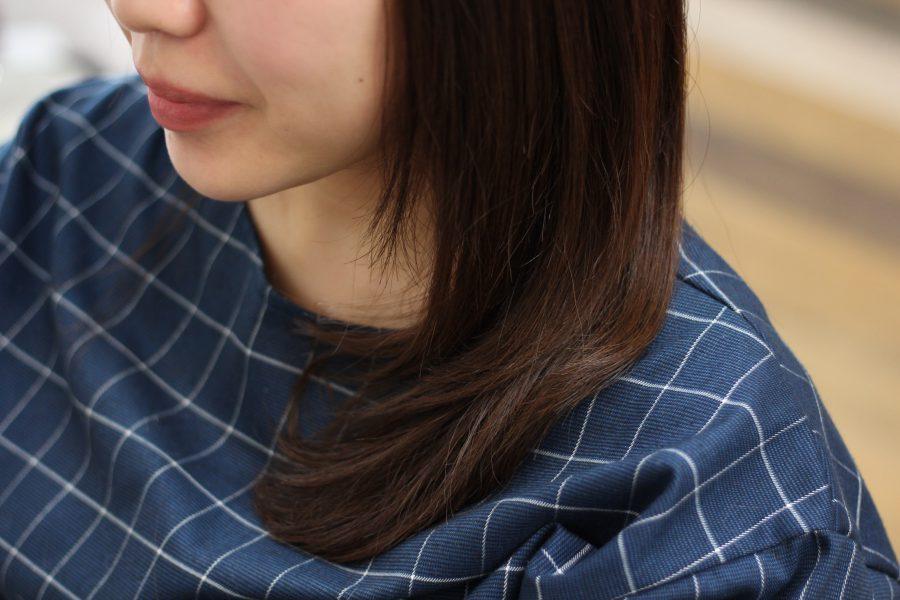 毛先のカールでまとまる髪に