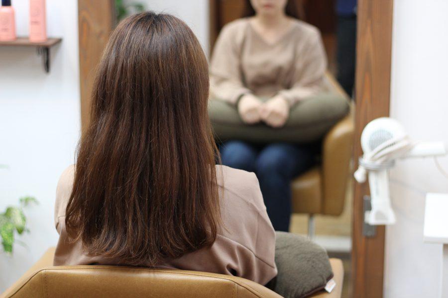 短くするとクセで広がる髪をデジタルパーマでまとめる